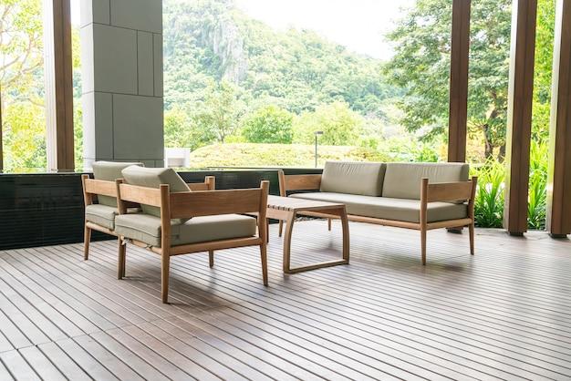 Decoração de sofá vazio na varanda