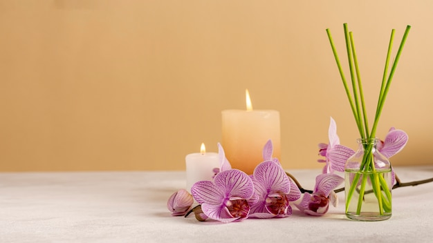 Decoração de spa com velas e palitos perfumados