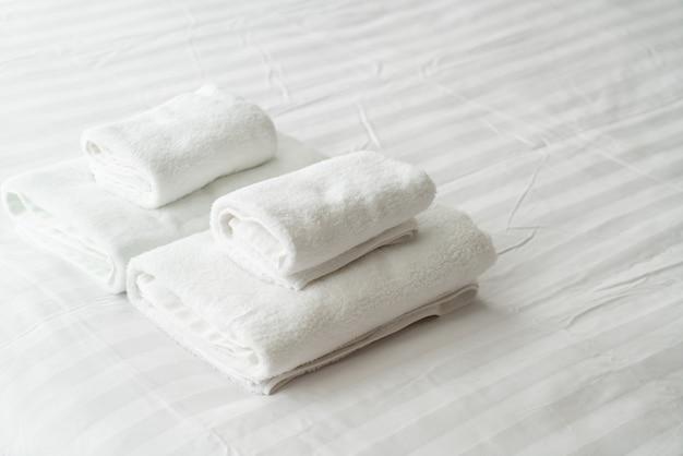 Decoração de toalha branca na cama