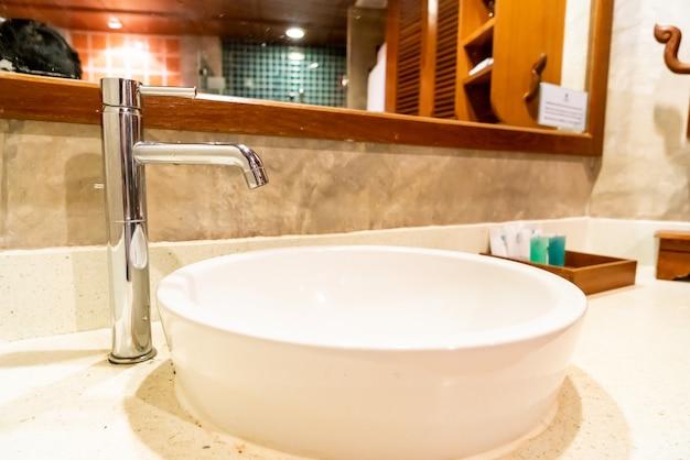 Decoração de torneira e pia no banheiro