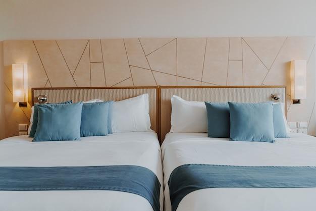Decoração de travesseiro bonito e confortável no quarto