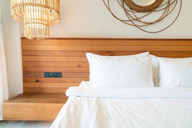 Decoração de travesseiro branco na cama no interior do quarto