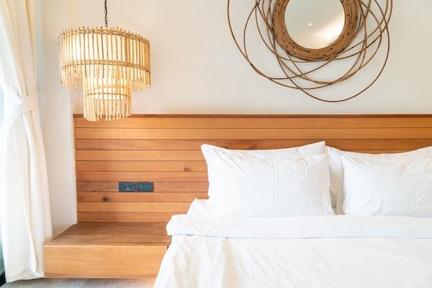Decoração de travesseiro branco na cama no interior do quarto Foto Premium