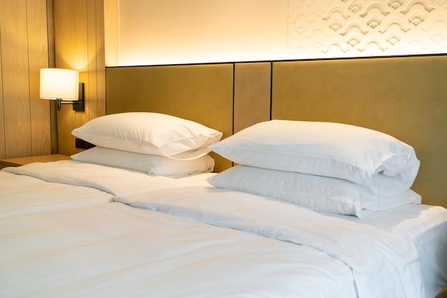 Decoração de travesseiro branco na cama