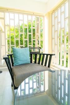 Decoração de travesseiro confortável em cadeira de pátio na varanda
