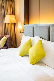Decoração de travesseiro confortável na cama no quarto do hotel