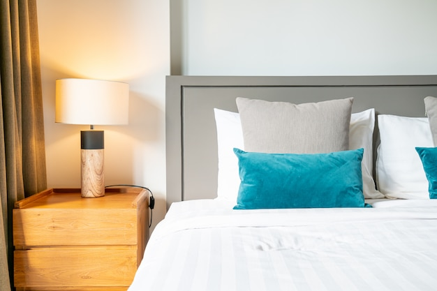 Decoração de travesseiro confortável na cama no quarto