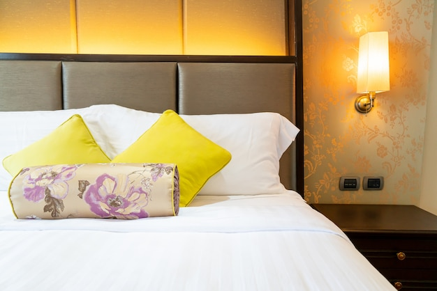 Decoração de travesseiro confortável na cama