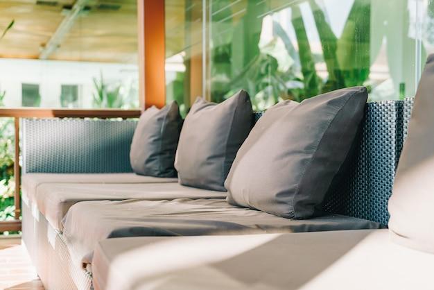 Decoração de travesseiro confortável no sofá na área da varanda