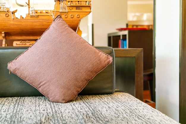 Decoração de travesseiro confortável no sofá na área de relaxamento