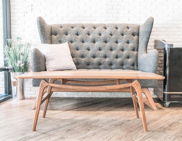 Decoração de travesseiro e sofá em interiores de sala de estar de luxo