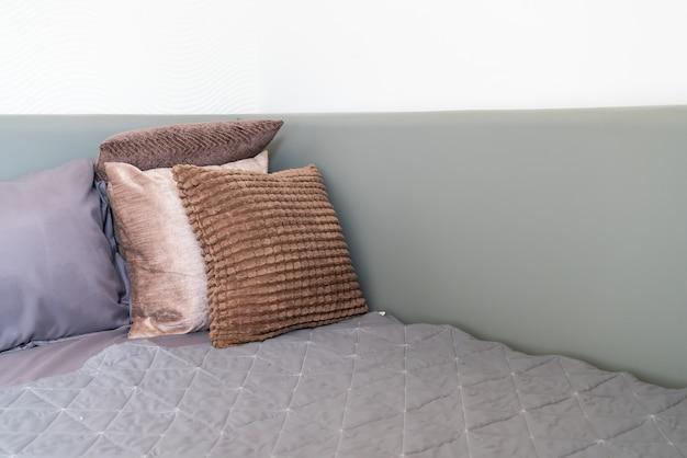 Decoração de travesseiro na cama no quarto