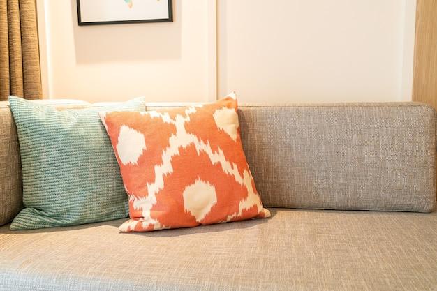 Decoração de travesseiro no sofá da sala