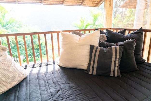 Decoração de travesseiro no sofá na varanda do terraço