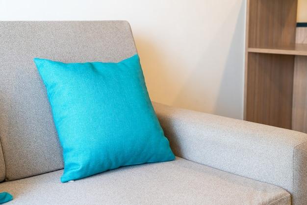 Decoração de travesseiros confortáveis no sofá da sala
