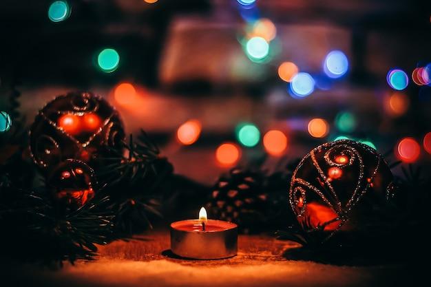 Decoração de velas e árvores de natal. background.photo festivo de natal com espaço de cópia.