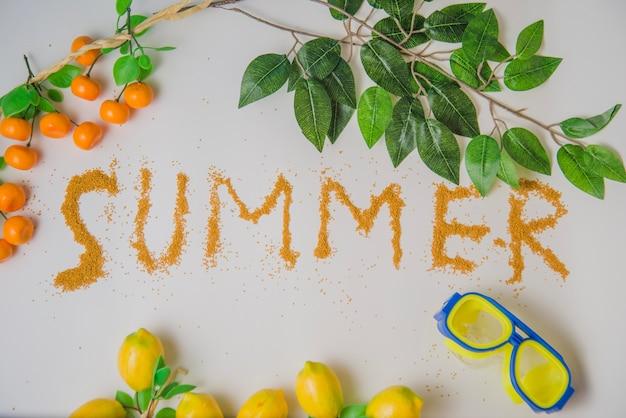 Decoração de verão com folhas, laranjas e limões