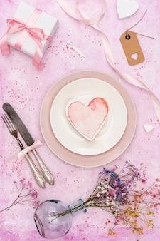 Decoração de vista superior com biscoito em forma de coração