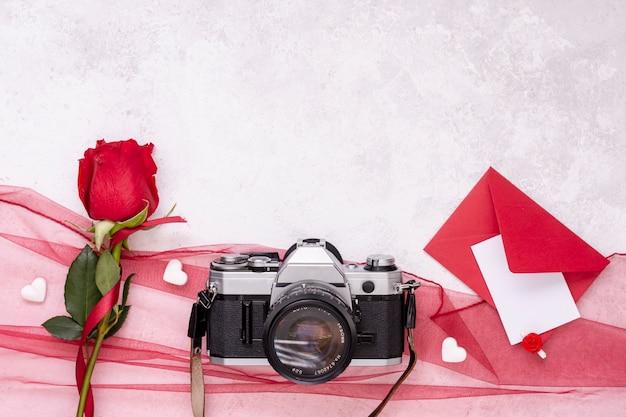 Decoração de vista superior com câmera e rosa