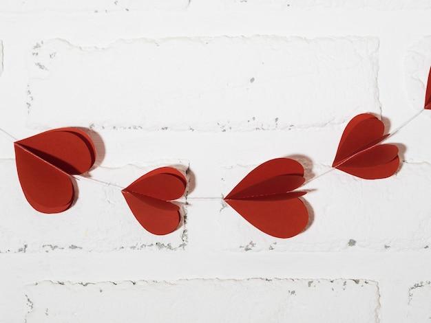 Decoração de vista superior com corações vermelhos