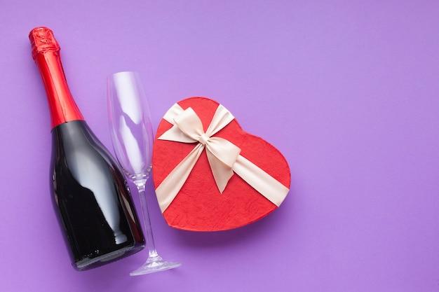 Decoração de vista superior com vinho e caixa em forma de coração