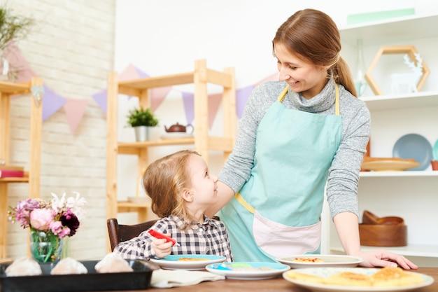 Decoração de waffles caseiros com a mãe