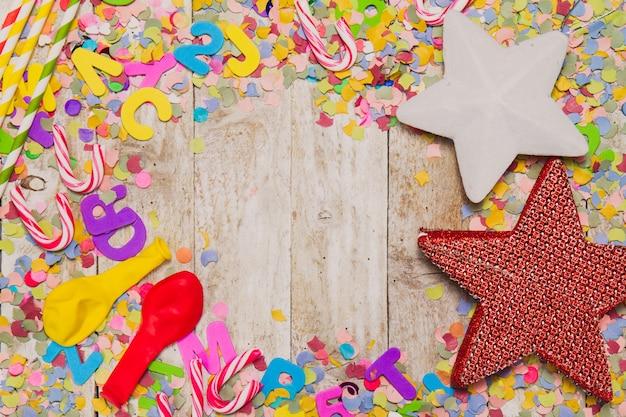 Decoração do partido com bastões de doces, estrelas e balões