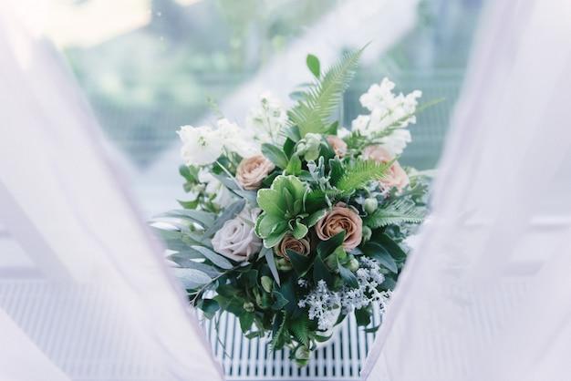 Decoração do salão de banquetes no dia do casamento