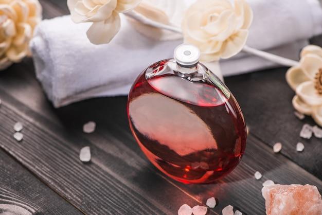 Decoração do spa. frasco de óleo essencial e flores de esboço.