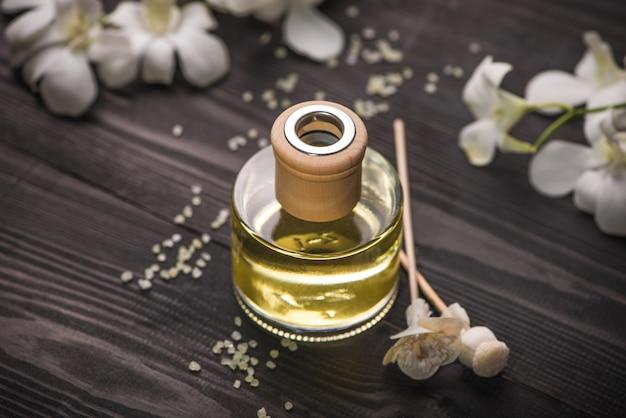 Decoração do spa. frasco de óleo essencial e flores de orquídea.