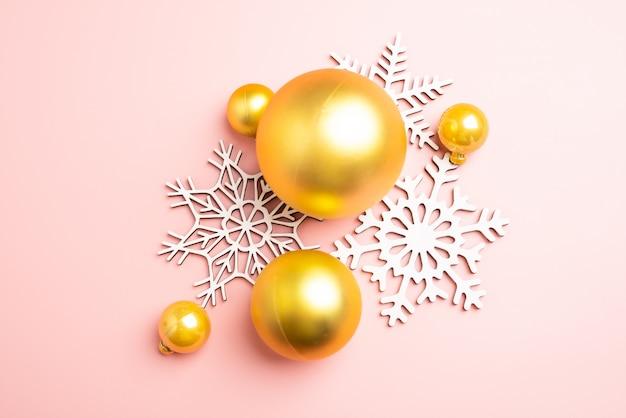 Decoração dos flocos de neve do white christmas no fundo cor-de-rosa. papel de parede de natal.