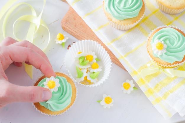 Decoração e ingredientes de cupcakes primavera