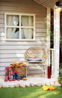 Decoração elegante na varanda da casa. casa de varanda de madeira de verão. terraço aconchegante para relaxar