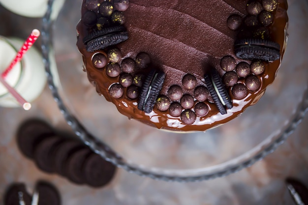 Decoração em um bolo de chocolate de biscoitos e gotas de chocolate cobertas de ouro