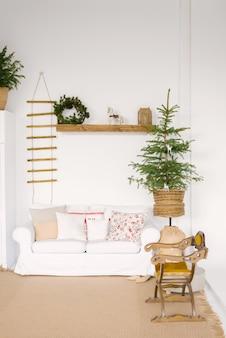 Decoração escandinava elegante na sala de estar para o natal ou ano novo