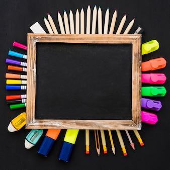 Decoração escolar com ardósia e canetas organizadas
