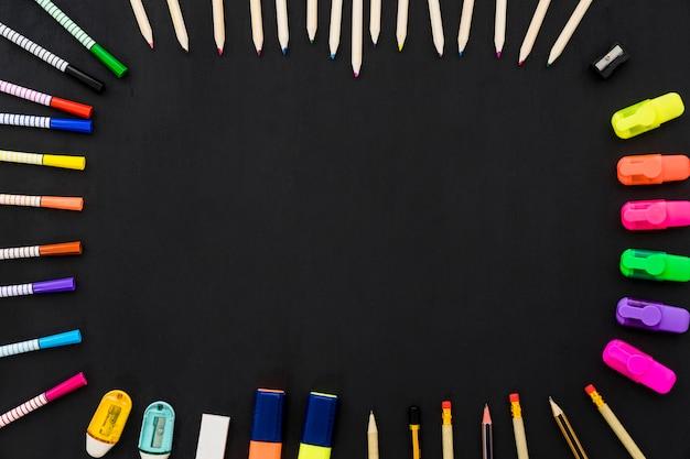 Decoração escolar com conceito de moldura feita de canetas