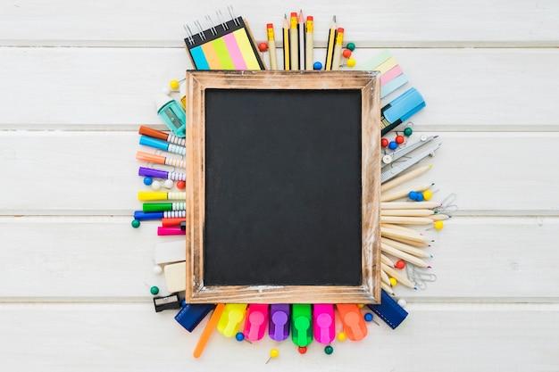 Decoração escolar com muitas canetas e ardósia