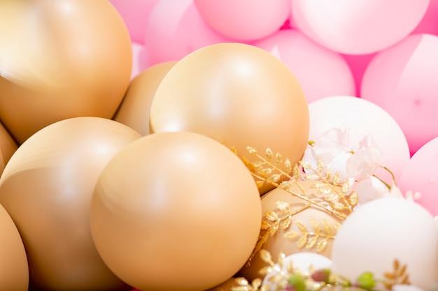 Decoração festiva com balões coloridos cheios de hélio na frente da decoração no aniversário de casamento