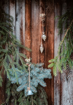 Decoração festiva da janela de natal com ramos de pinheiro, guirlandas e cones. sinal de feliz natal e bugigangas no parapeito da janela