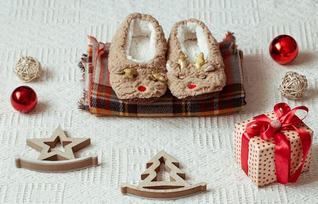 Decoração festiva de ano novo em um fundo claro com itens aconchegantes de decoração de natal.