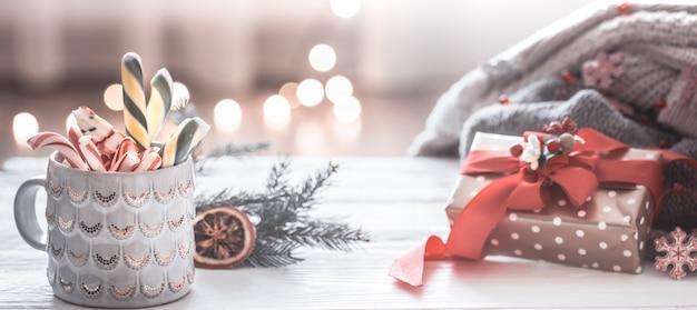 Decoração festiva de natal com copo e decoração festiva