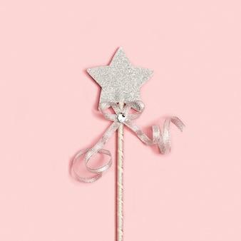 Decoração festiva, estrela de prata brilhante com lantejoulas no fundo rosa suave com espaço de cópia.