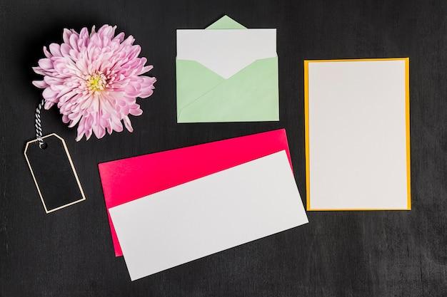 Decoração floral com envelopes