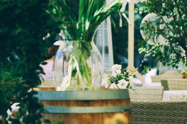 Decoração floral de casamento em restaurante ao ar livre no verão