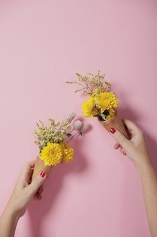 Decoração floral de idéias com uma parede rosa