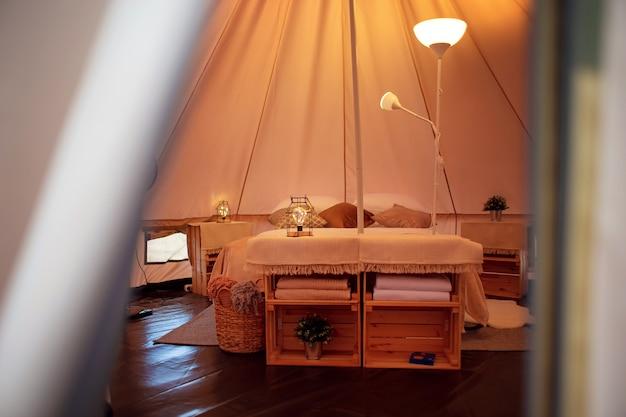 Decoração interior de uma tenda em glamping moderno