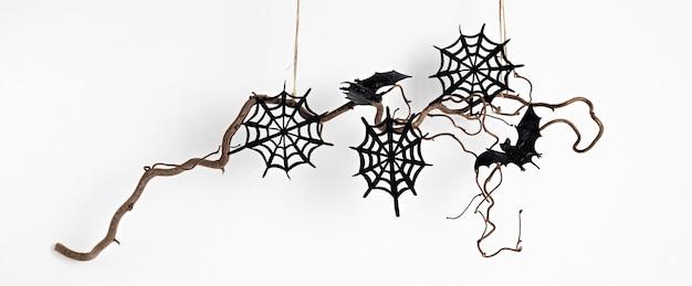 Decoração mínima de halloween pendurada em galho de árvore isolado