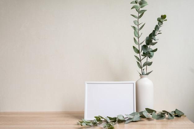 Decoração minimalista com maquete de moldura vazia no fundo da parede branca