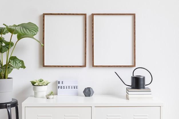 Decoração minimalista do interior com dois mock up molduras de madeira marrom na prateleira branca com livros, planta bonita em vaso elegante e acessórios para casa. parede branca.